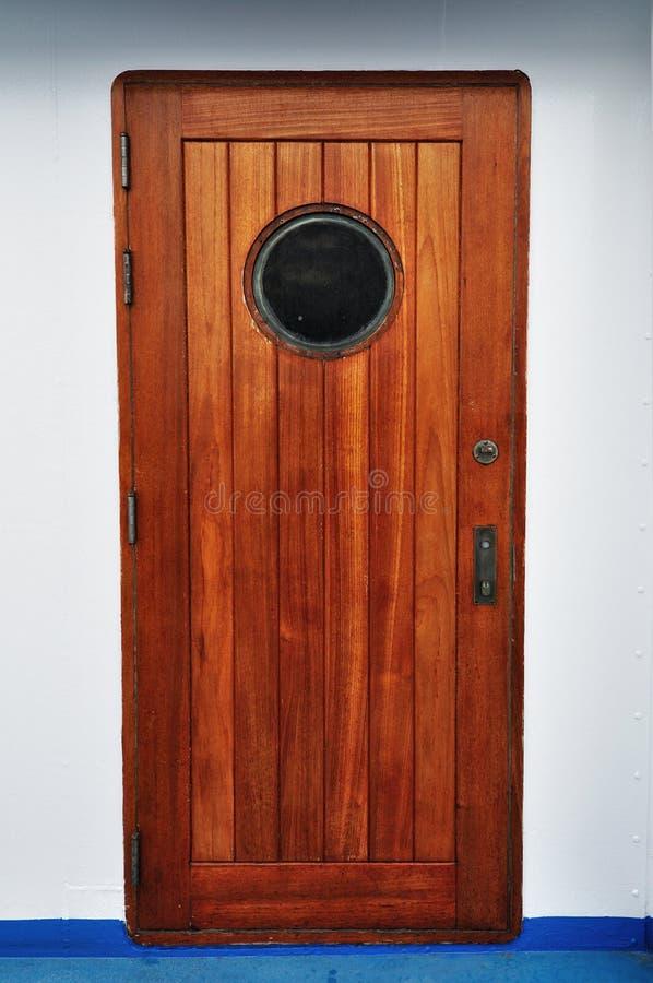 Hölzerne Öffnungstür in einem Schiff/in einer Kreuzfahrt lizenzfreie stockfotos