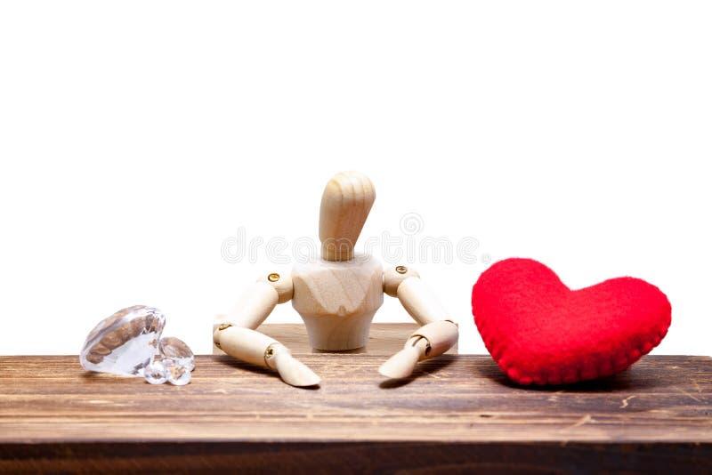 hölzerne Attrappen wählen zwischen dem Diamanten oder Herzen, lokalisiert auf Whit lizenzfreie stockbilder