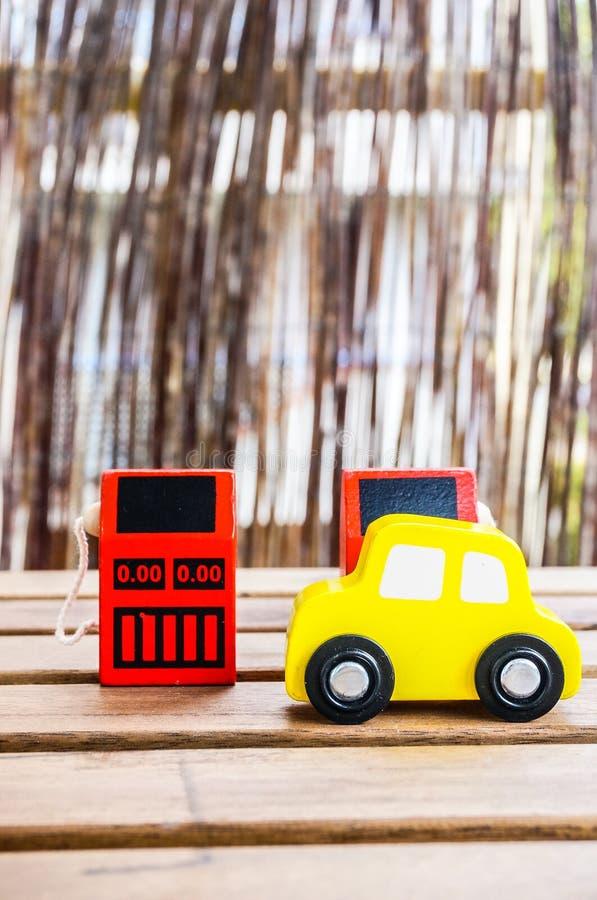 Hölzerne Auto- und Brennstoffzufuhren lizenzfreies stockbild