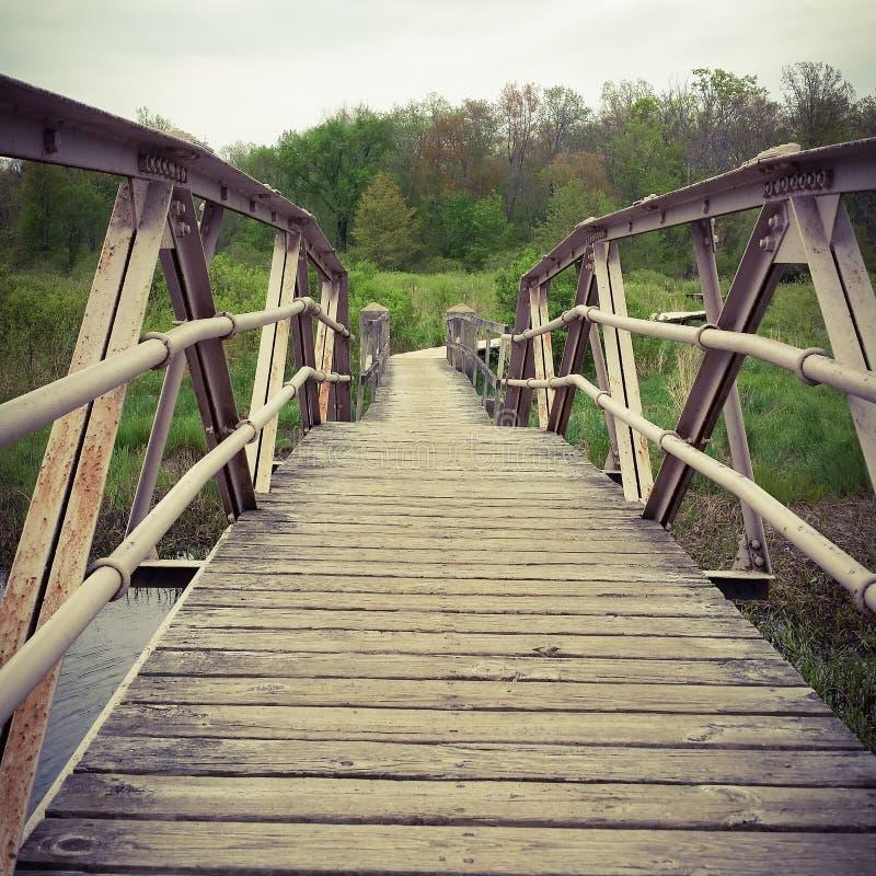 Hölzerne Bahnbrücke stockbild