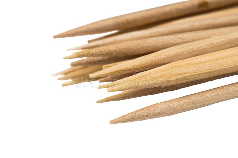 Hölzerne BambusZahnstocher auf weißer Hintergrund Nahaufnahme stockfoto