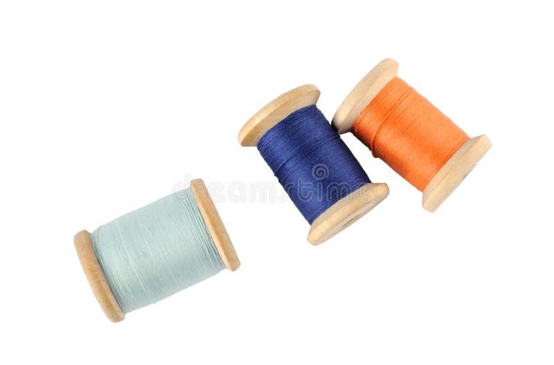 Hölzerne Bandspulen des Threads stockfotografie