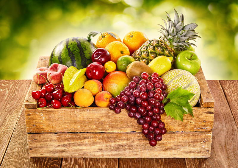 Hölzerne Bauernhofkiste füllte mit frischer tropischer Frucht stockfotografie