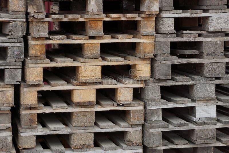 Hölzerne Beschaffenheit von den Brettern von alten Paletten in einem Haufen lizenzfreie stockbilder