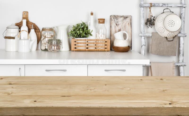 Hölzerne Beschaffenheitstabelle Browns über unscharfem Bild der Küchenbank stockfotos