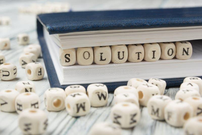Hölzerne Blöcke mit den Buchstaben, die Lösung buchstabieren Hölzernes ABC lizenzfreie stockbilder