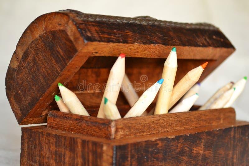 Hölzerne Bleistifte in einem Kasten stockbild