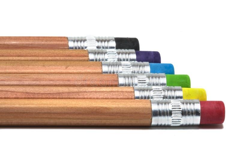 Hölzerne Bleistifte mit farbigen Radiergummis lizenzfreie stockfotografie