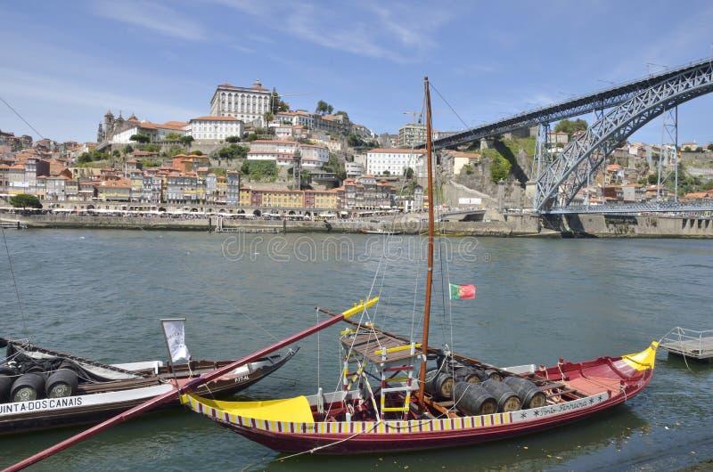 Hölzerne Boote auf dem Duero-Fluss stockbilder