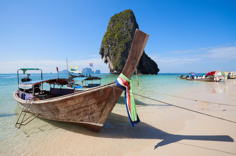 Hölzerne Boote auf dem Railay setzen, Thailand auf den Strand stockbilder