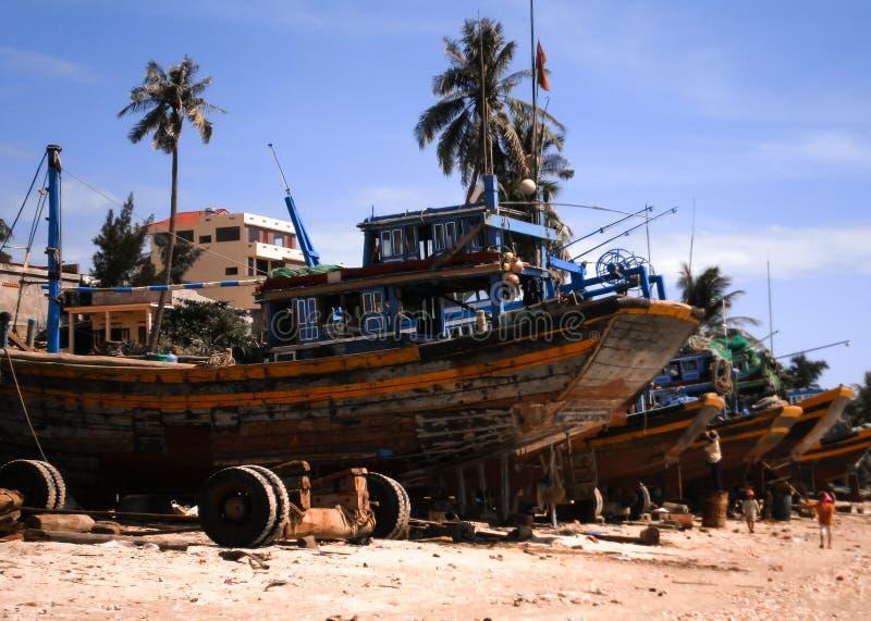 Hölzerne Boote auf einem Strand stockfoto