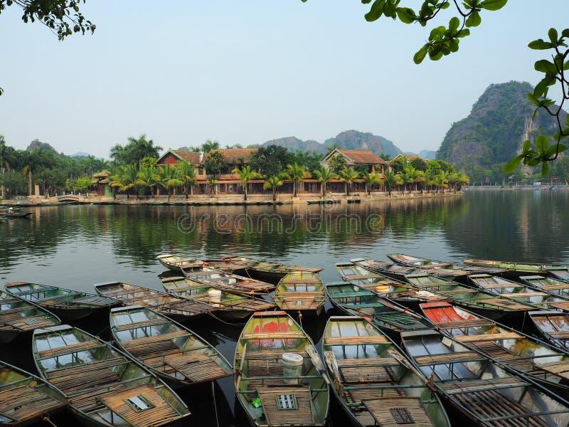 Hölzerne Boote im Fluss lizenzfreie stockfotos