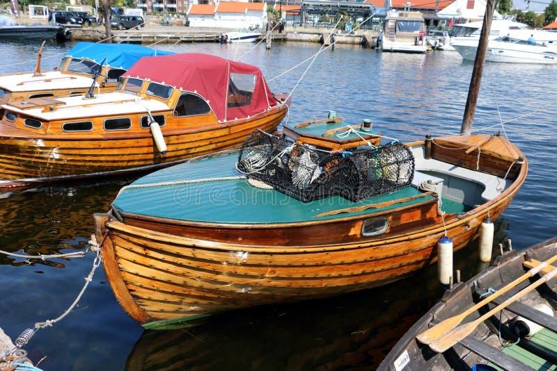 Hölzerne Boote im Hafen Kristiansand Norwegen stockbild