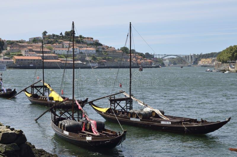 Hölzerne Boote mit Weinfässern stockfoto