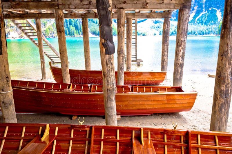 Hölzerne Boote unter Bootshaus auf Braies See lizenzfreie stockbilder