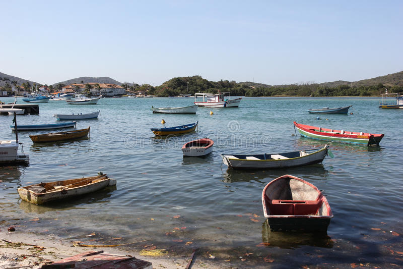 Hölzerne Boote verankert im Verbindungskanal mit dem Meer stockfotografie