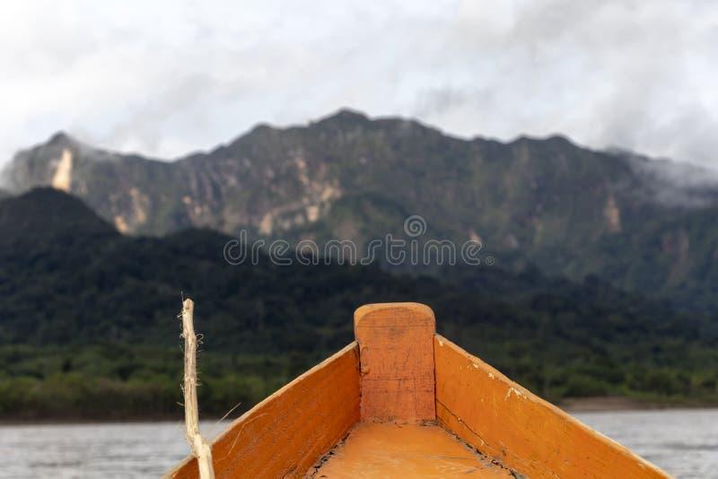 Hölzerne Bootsfront und grüne Dschungellandschaft, segelnd in das schlammige Wasser des Beni-Flusses, amazonischer Regenwald, Bol stockbild