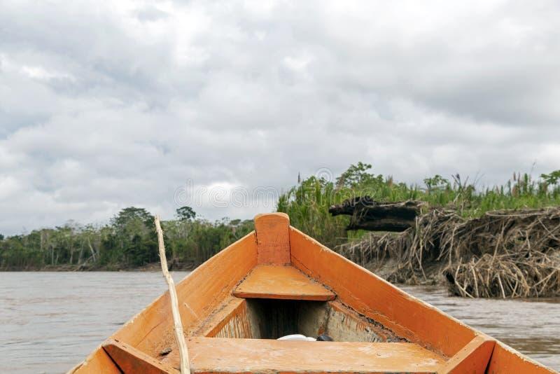 Hölzerne Bootsfront und grüne Dschungellandschaft, segelnd in das schlammige Wasser des Beni-Flusses, amazonischer Regenwald, Bol lizenzfreie stockbilder