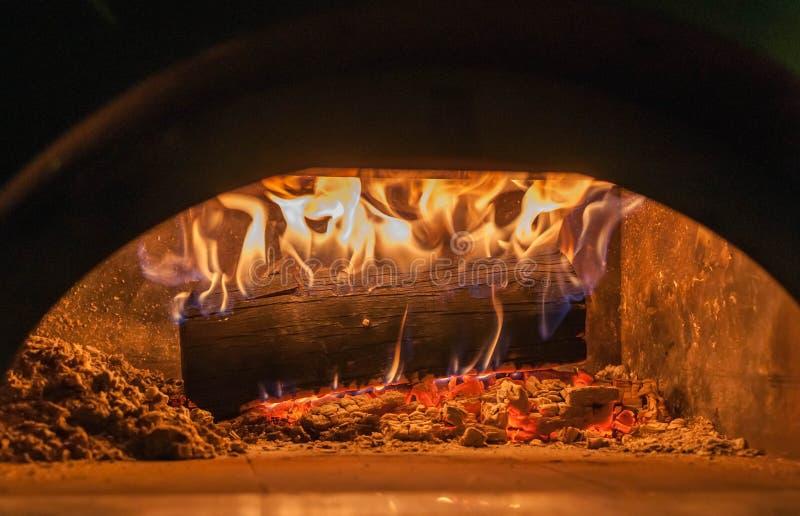 Hölzerne Brände im Pizzaofen stockfoto