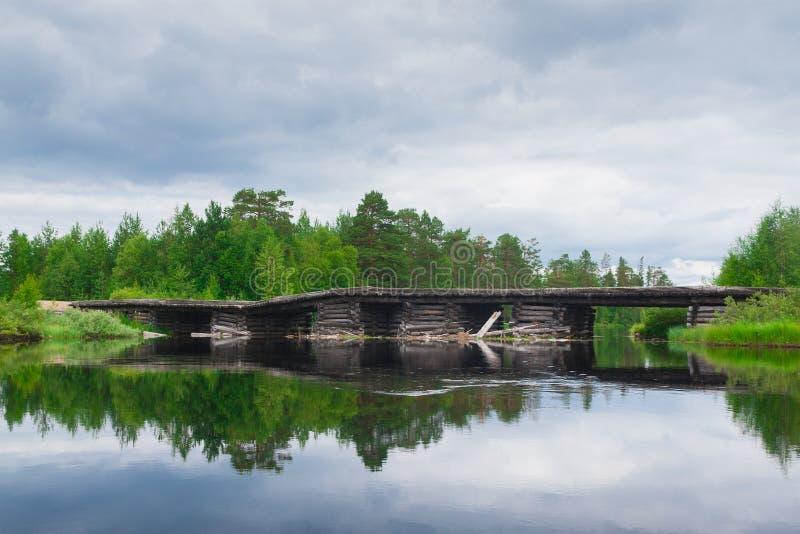 Hölzerne Brücke über dem Fluss lizenzfreies stockfoto