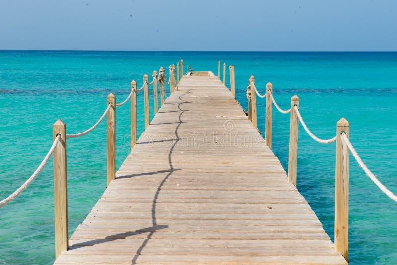 Hölzerne Brücke über dem Meer Reise und Ferien Getrennt auf Schwarzem lizenzfreie stockbilder