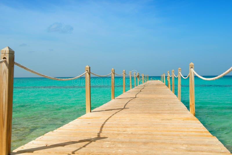 Hölzerne Brücke über dem Meer Reise und Ferien Getrennt auf Schwarzem stockfoto