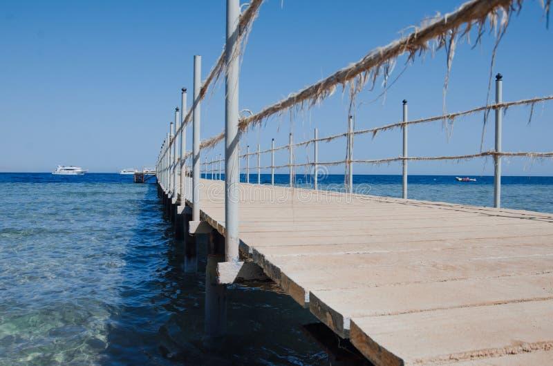 Hölzerne Brücke über dem Meer Reise und Ferien Getrennt auf Schwarzem Rotes Meer, Sharm el-Sheikh stockfoto