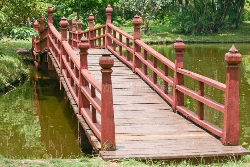 Hölzerne Brücke über einem See lizenzfreies stockfoto