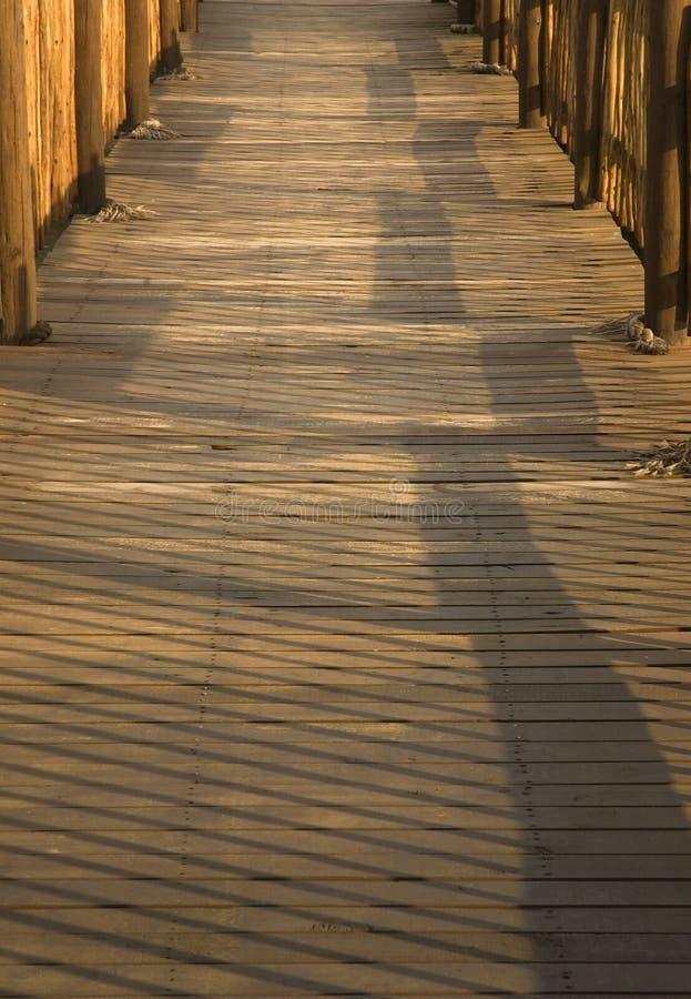 Hölzerne Brücke, wenn Sie spät eveneing stockbild