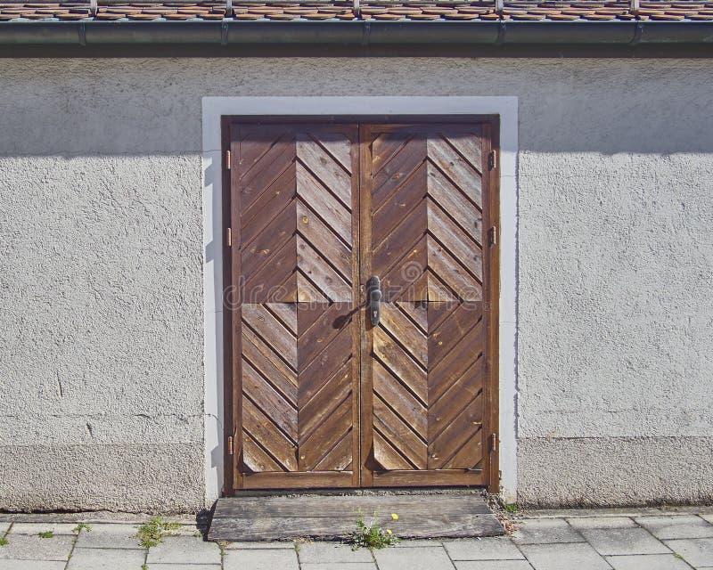 Hölzerne braune Tür, Munchen, Deutschland lizenzfreies stockbild