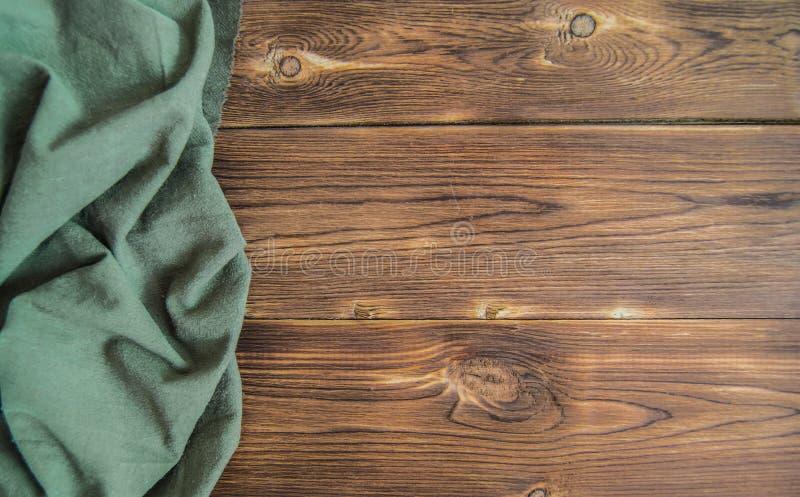 Hölzerne braune Tabelle mit tadelloser grüner Serviette stockfotos