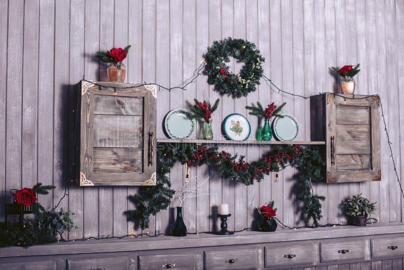 Hölzerne Bretttabelle vor Weihnachtswarmer Goldgirlande beleuchtet auf hölzernem rustikalem Hintergrund lizenzfreie stockfotos
