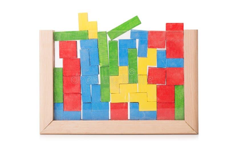 Hölzerne bunte Bauklötze, Mauerziegel, Bausteine lokalisiert auf einem weißen Hintergrund stockbilder