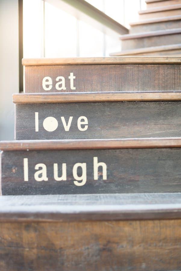 hölzerne Cafétreppe mit Worttexten stockfotos