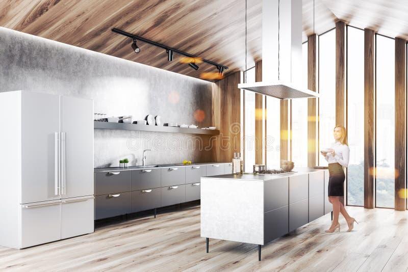 Hölzerne Dachbodenküche mit Kühlschrank, Frau stockfotografie