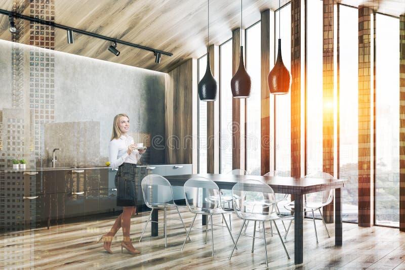 Hölzerne Dachbodenküchenecke mit Tabelle, Frau stockbilder