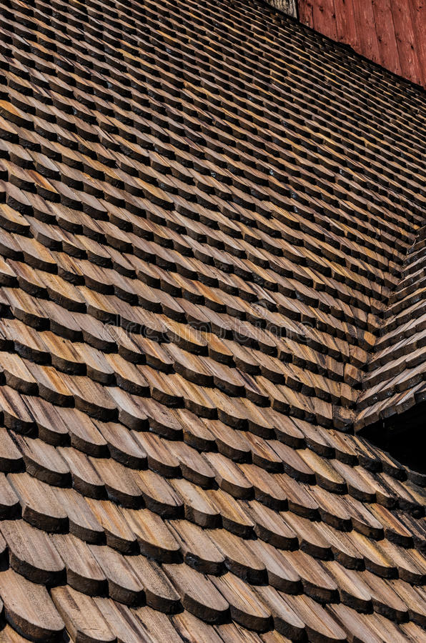Hölzerne Dachplatten auf alter Kirche Gamla Uppsala lizenzfreies stockfoto