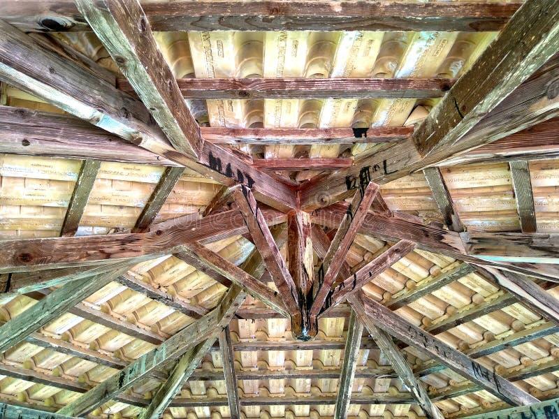 Hölzerne Decke unter dem Dach lizenzfreie stockfotografie