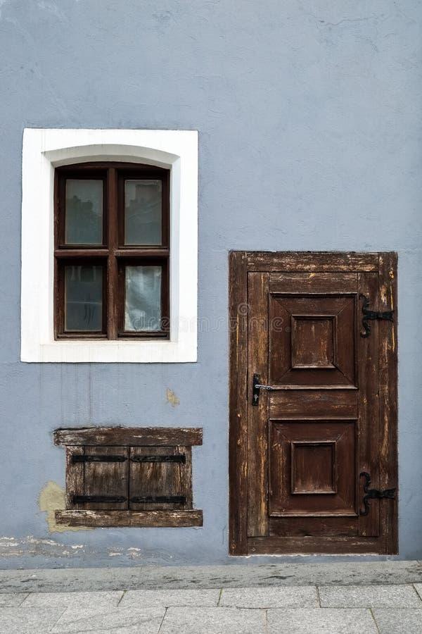 Hölzerne Einstiegstür und Fenster der Weinlese stockbilder