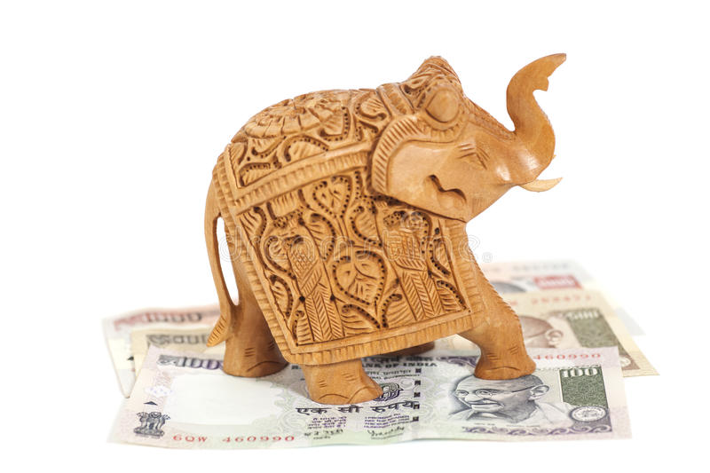 Hölzerne Elefantskulptur auf Banknoten der indischen Rupie stockfotografie