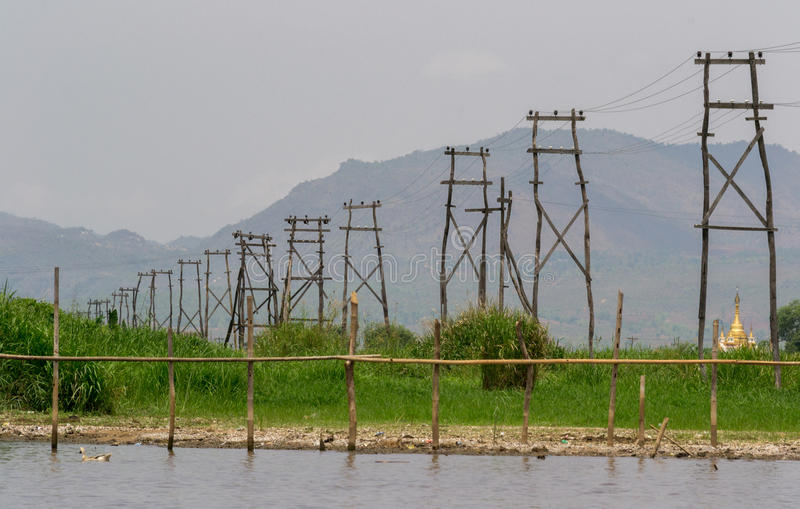 Hölzerne elektrische Masten, Inle See, Myanmar stockbild