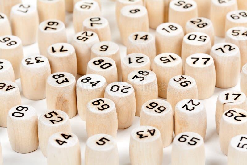 Hölzerne Fässer mit Lottozahlen stockfotos