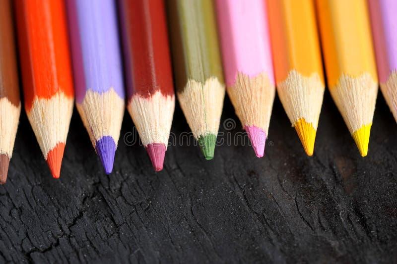 Hölzerne farbige Bleistifte stockbild