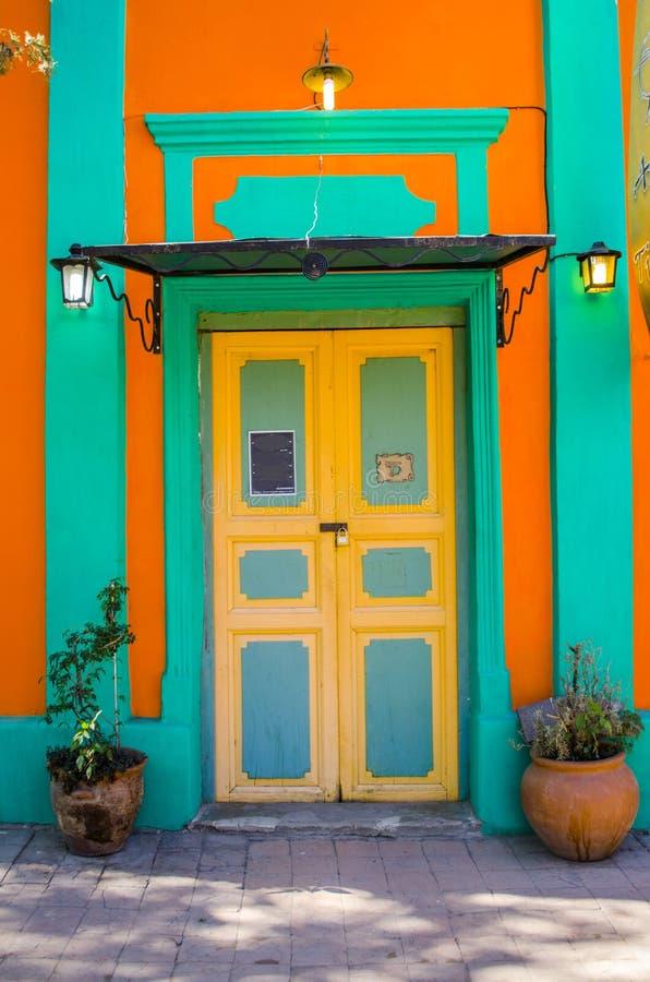Hölzerne farbige Tür stockfotografie