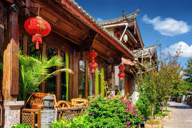 Hölzerne Fassade des Hauses des traditionellen Chinesen in Lijiang, China stockfotos