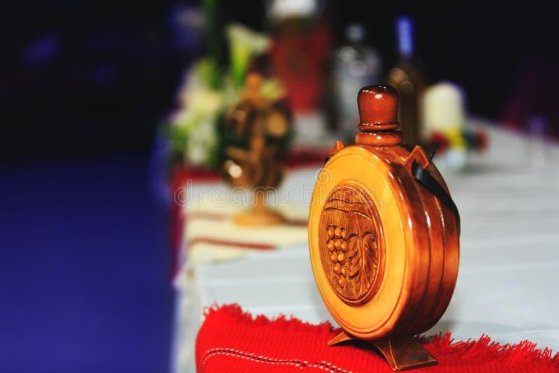 Hölzerne Flasche mit den nationalen Sonderzeichen geschnitzt auf hölzernem traditionellem lizenzfreie stockfotos