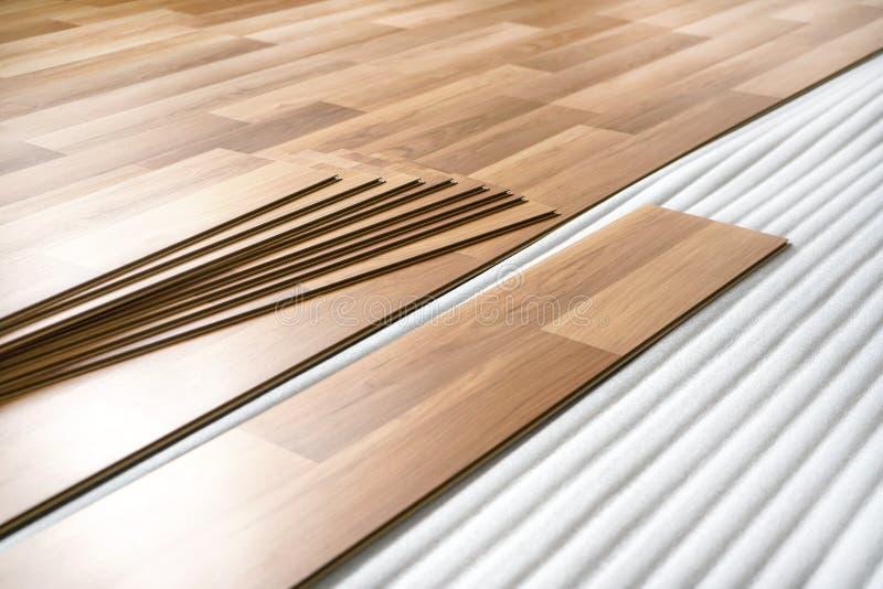 H?lzerne Fliesen, bereit, als lamellierter Boden auf niedrigem Schaum niedergelegt zu werden - Hauptfu?bodenerneuerung stockfoto
