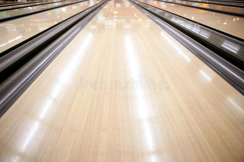 Hölzerne Fußbodenperspektive der Bowlingspielstraße stockfoto