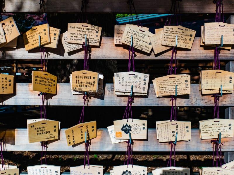 Hölzerne Gebetsplaketten, die an Meiji-jinguschrein in Shibuya hängen stockfoto