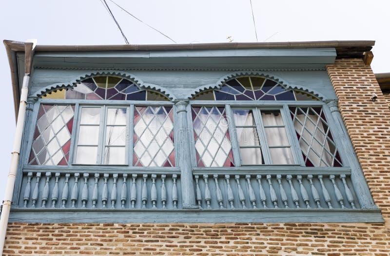Hölzerne geschnitzte Balkone in der alten Stadt von Tiflis, Georgia stockbilder